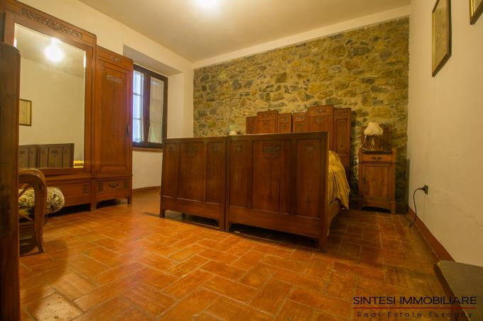 bedroom-of-historic-countryhouse-7-beds-for-sale-tuscany-maremma-suvereto.jpg