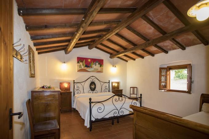 camera-incantevole-casale-in-pietra-in-vendita-toscana-pisa-campagna-di-volterra