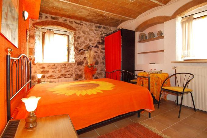 main-bed-of-fine-farmhouse-for-sale-tuscany-pisa-chianni.jpg