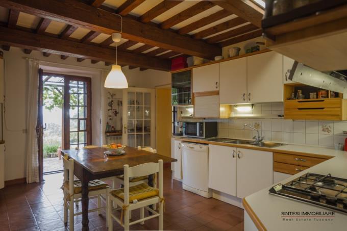 cucina-esclusivo-casale-con-piscina-vicino-al-mare-toscana-livorno-suvereto