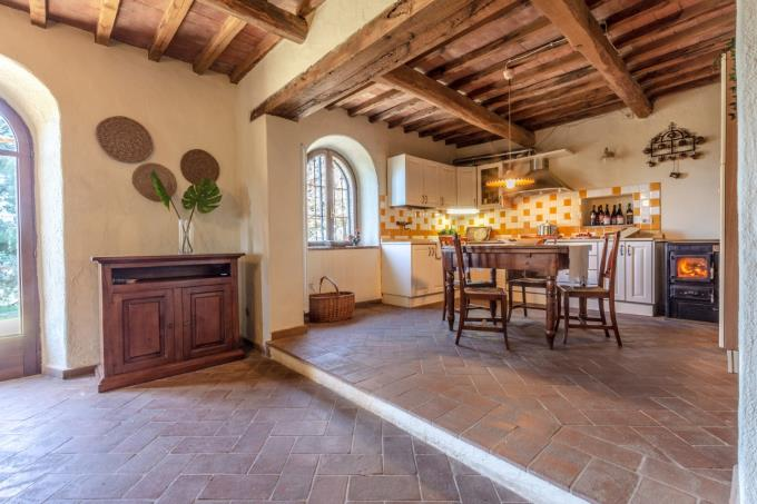 cucina-dimora-d'epoca-con-piscina-olivi-biologici-in-vendita-toscana-pisa-volterra