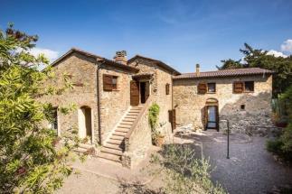 esclusivo rustico casale abitazione tipica con piscina in vendita in toscana campagna di Volterra