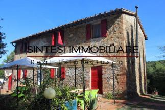 Autentico casale in pietra con piscina e vista mare in vendita toscana tra Volterra e Castelfalfi