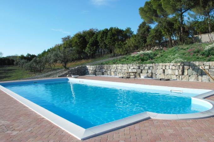 la piscina e l'area solarium
