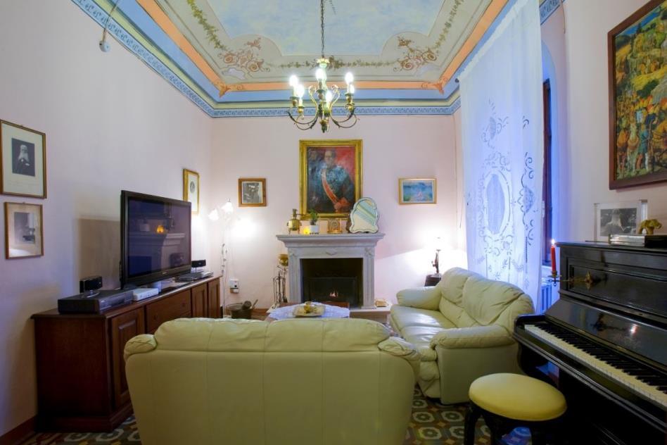 salotto con affreschi al piano terra