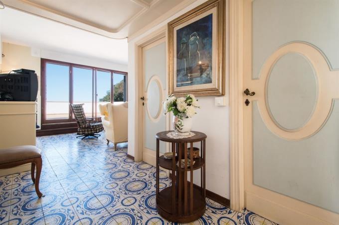 salone-a-picco-sul-mare-appartamento-in-vendita-toscana-costa-castiglioncello