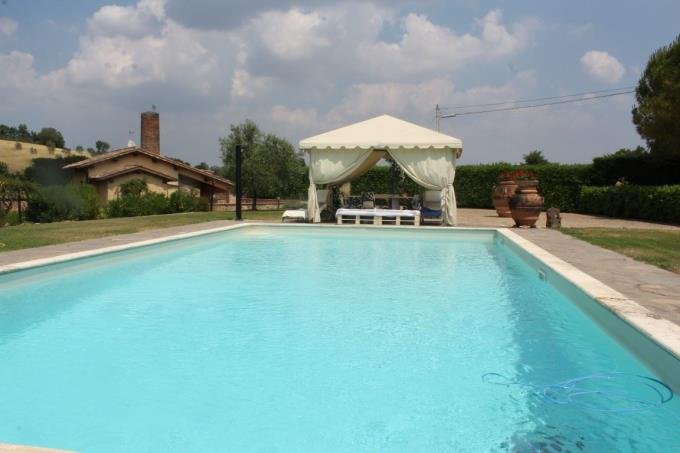 piscina-magnifica-villa-exfornace-vendita-toscana-siena
