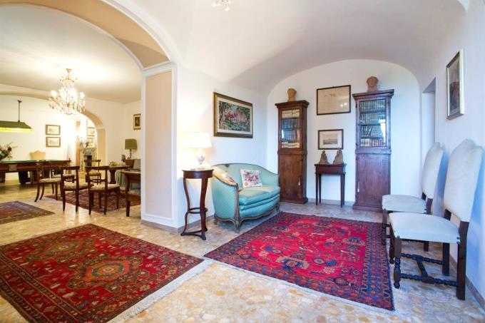 ampi-saloni-villa-storica-in-vendita-in-umbria-spoleto