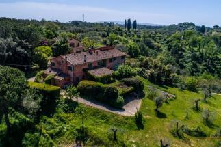 Prestigiosa tenuta con 2 casali in vendita in Toscana | tra Pisa e Firenze