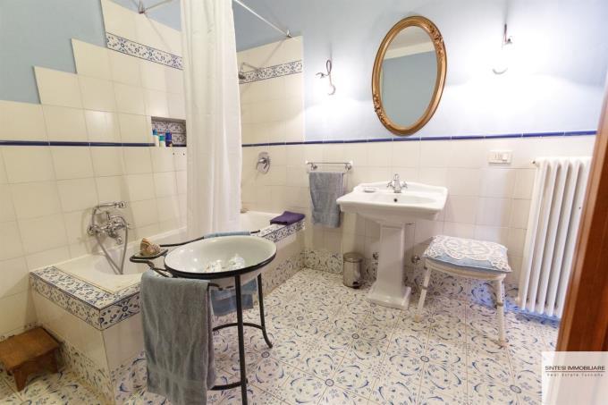 bagno-esclusiva-porzione-casale-tipico-con-piscina-sud-toscana-vicino-punta-ala