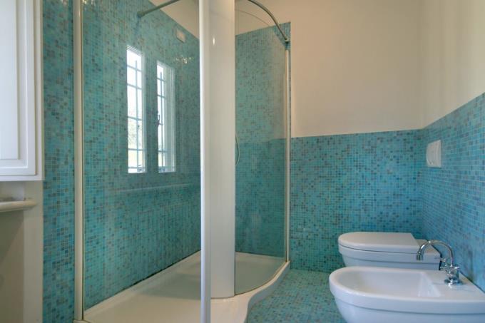 bagno-con-doccia-casale-vista-mare-in-vendita-toscana-versilia-pietrasanta