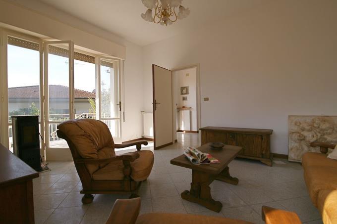 luminoso-salone-villa-singola-in-vendita-toscana-versilia-pietrasanta