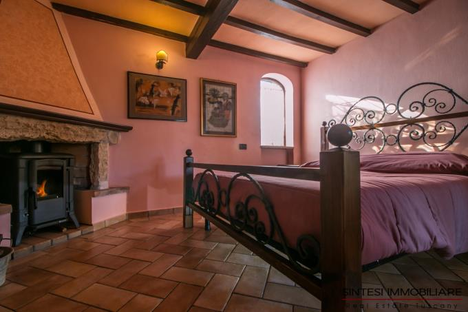 camera-con-camino-tenuta-di-prestigio-con-oliveta-bio-in-vendita-toscana-pisa-lari