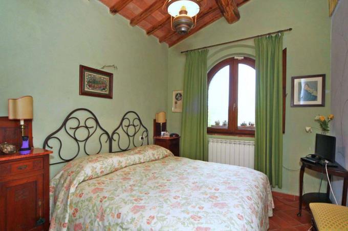 camera-matrimoniale-casale-in-pietra-in-vendita-toscana-suvereto
