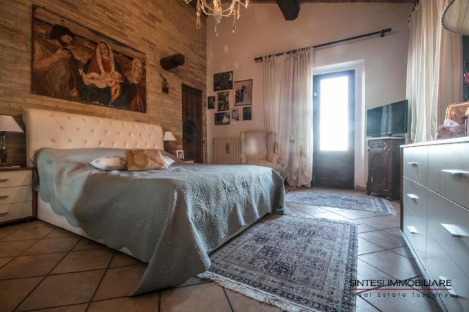camera-padronale-tenuta-con-villa-antica-e-casali-in-vendita-toscana-pisa-campagna-volterra