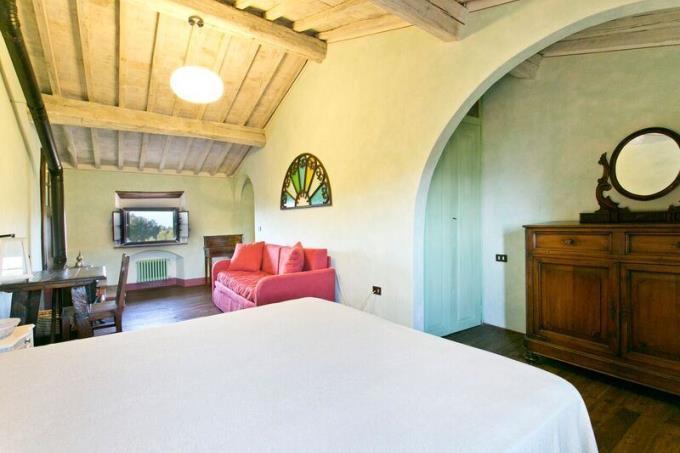 camera-principale-castello-di-charme-in-vendita-toscana-volterra