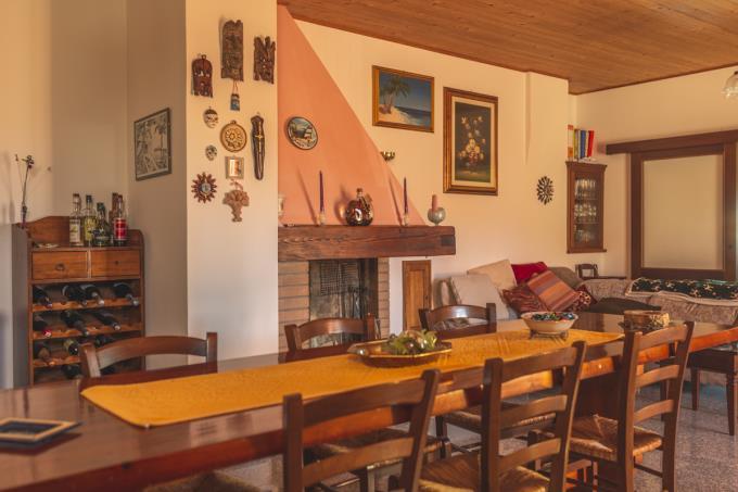 camino-rustico-in-pietra-ristrutturato-4-camere-in-vendita-toscana-vicino-san-gimignano