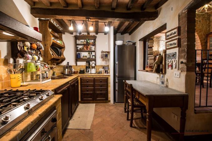 caratteristica-cucina-porzione-rustico-bifamiliare-in-vendita-toscana-scansano