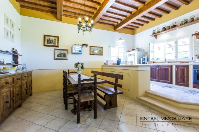 caratteristico-salone-prestigiosa-villa-vendita-toscana-castellinamarittima