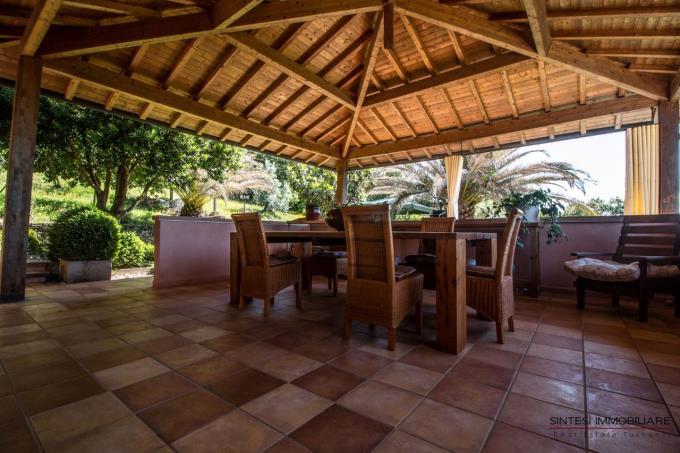 terrazza-coperta-incantevole-villa-con-piscina-in-vendita-toscana-livorno-valdicornia