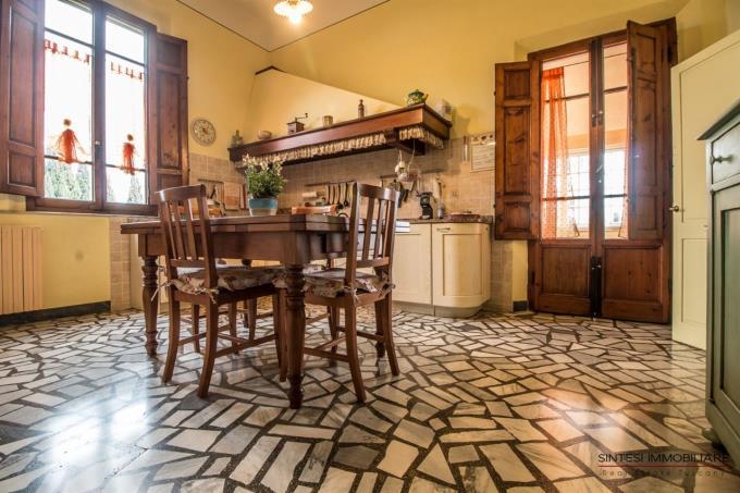 cucina-artigianale-tenuta-con-villa-antica-in-vendita-in-toscana-tra-pisa-e-firenze