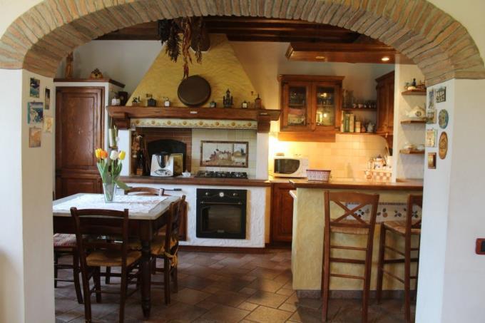 cucina-bellissimo-casale-d'epoca-in-vendita-toscana-pisa-campagna-volterra