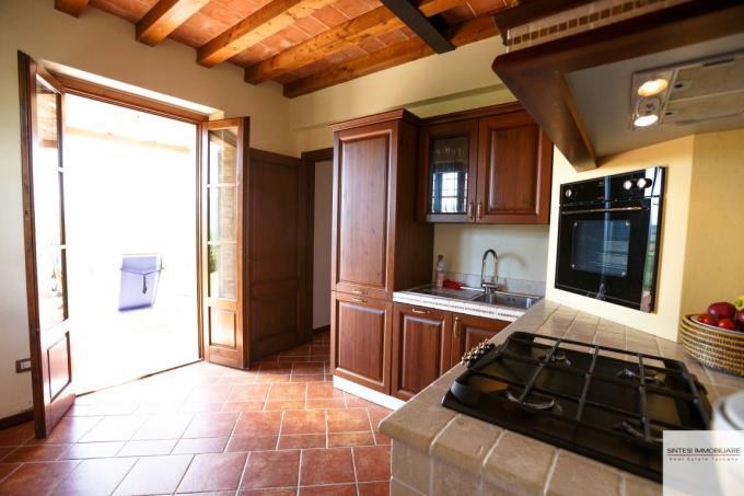 cucina-incantevole-rustico-con-piscina-in-vendita-in-toscana-volterra