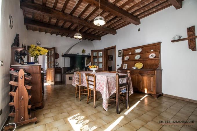 cucina-incantevole-villa-vista-mare-in-vendita-toscana-montescudaio