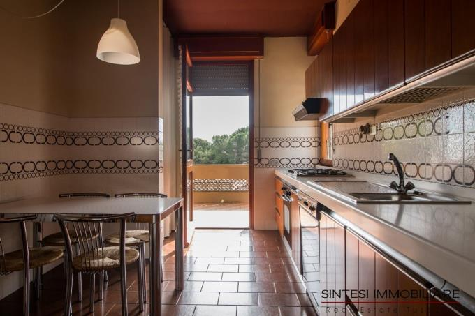 cucina-prestigiosa-villa-sul-mare-in-vendita-toscana-costa-livorno.