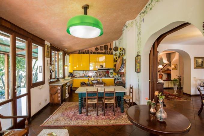 cucina-prestigiosa-villa-vendita-mare-toscana-quercianella