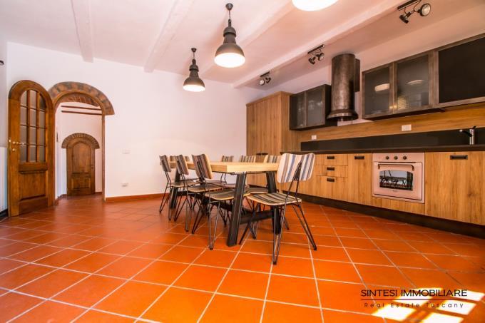 cucina-professionale-villa-antica-con-piscina-in-vendita-toscana-costa-livorno-suvereto