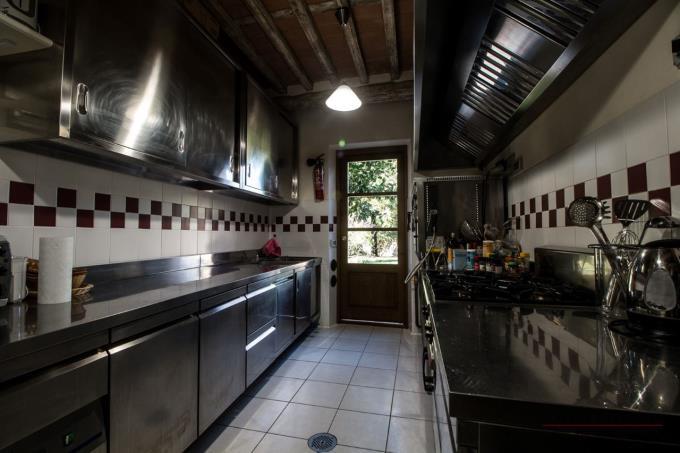 cucina-professionale-villa-di-lusso-con-piscina-tennis-in-vendita-versilia-forte-dei-marmi