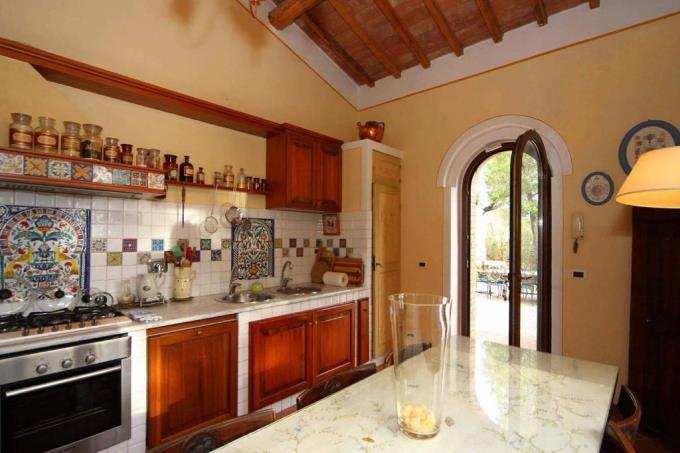 cucina-rustico-casale-ristrutturato-in-vendita-toscana-livorno-suvereto