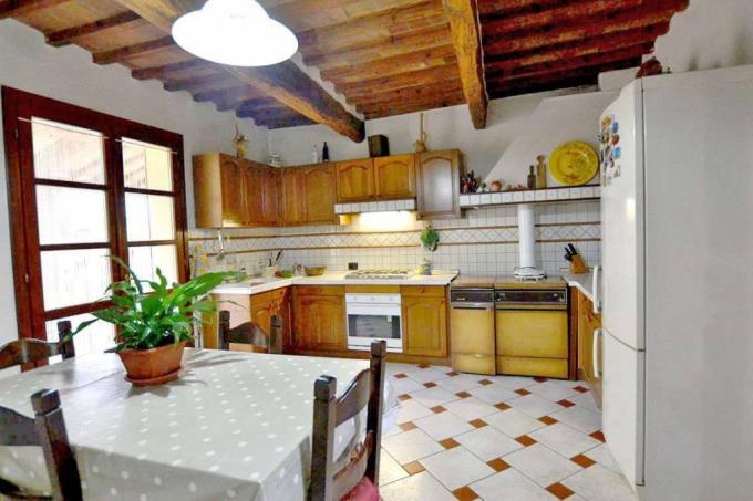 cucina-rustico-ristrutturato-con-vigneto-in-vendita-toscana-pisa-chianni