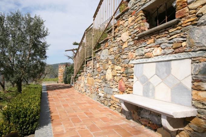 particolare-muro-in-pietra-rustico-con-vista-mare-in-vendita-toscana-versilia-pietrasanta