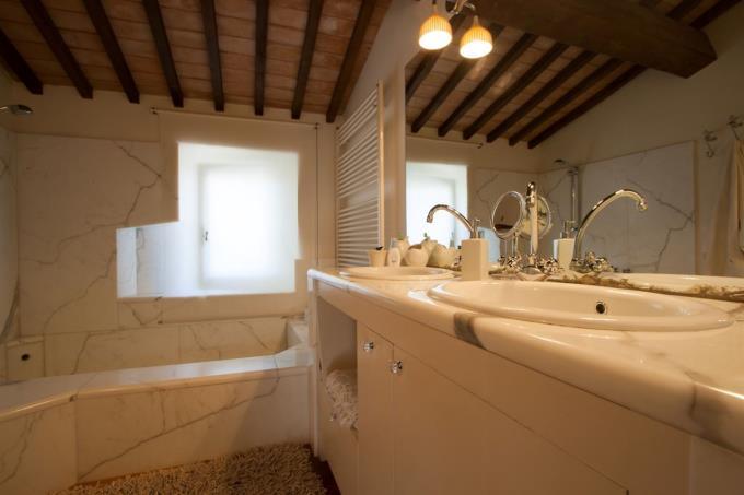 bagno-marmo-esclusivo-casale-d'epoca-in-vendita-toscana-costa-livorno