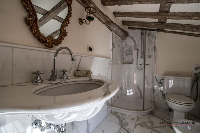 elegante-bagno-in-marmo-di-carrara-del-prestigioso-casale-in-vendita-in-versilia