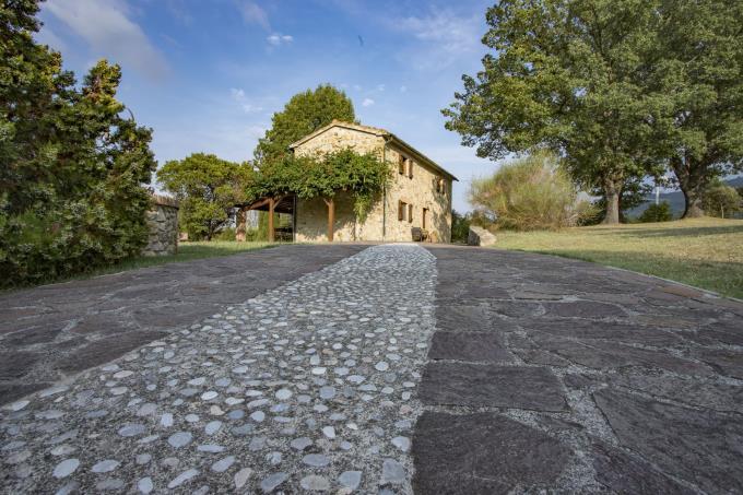 viale-ingresso-autentico-casale-in-pietra-in-vendita-toscana-pisa-volterra