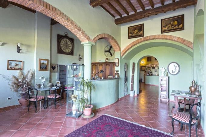 ingresso-casale-d'epoca-in-pietra-piscina-a-sfioro-in-vendita-Toscana-Pisa-Volterra