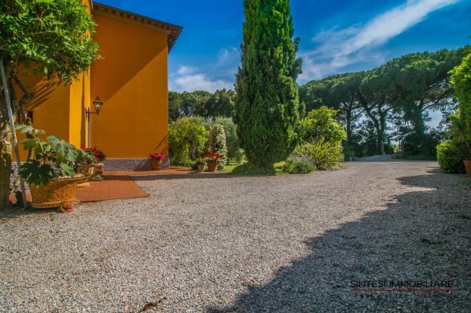 parco-esclusiva-villa-antica-con-piscina-vicino-mare-in-vendita-toscana-livorno-costa-degli-etruschi