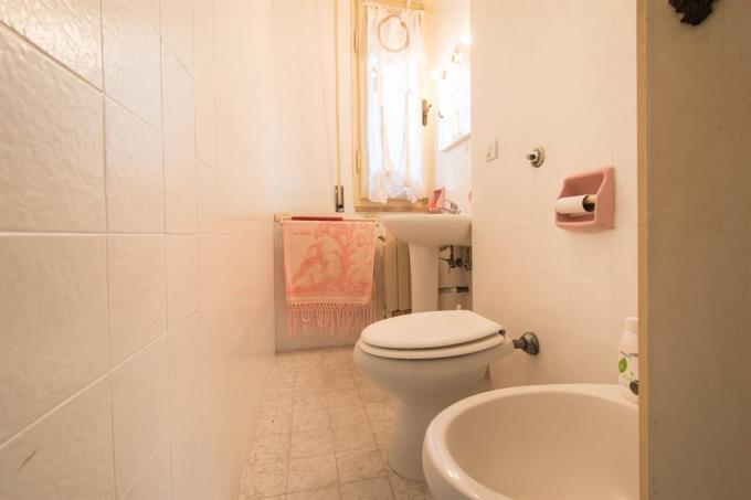 fine-bathroom-of-exclusive-appartament-for-sale-tuscany-castiglioncello.jpg