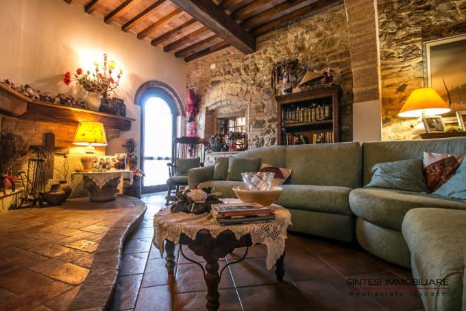 salone-con-camino-villa-antica-in-vendita-toscana-pisa-volterra