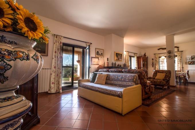 salone-con-caminetto-villa-in-vendita-toscana-scansano-morellino
