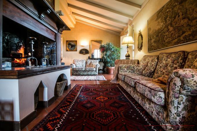 sala-con-camino-originale-incantevole-villa-in-vendita-toscana-lucca-colline-lucchesi