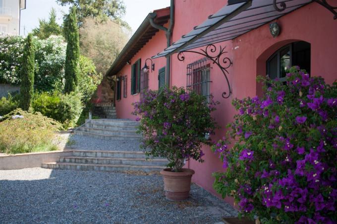 giardino-elegante-casale-d'epoca-con-piscina-vendita-toscana-costa-livorno