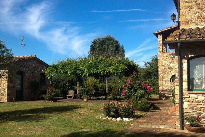 giardino-con-gazebo-rustico-in-pietra-vigneto-in-vendita-toscana-pisa-casale-marittimo