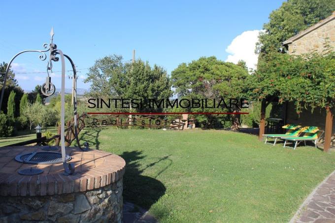 giardino-con-pozzo-originale-casale-prestigioso-in-vendita-toscana-pisa-volterra