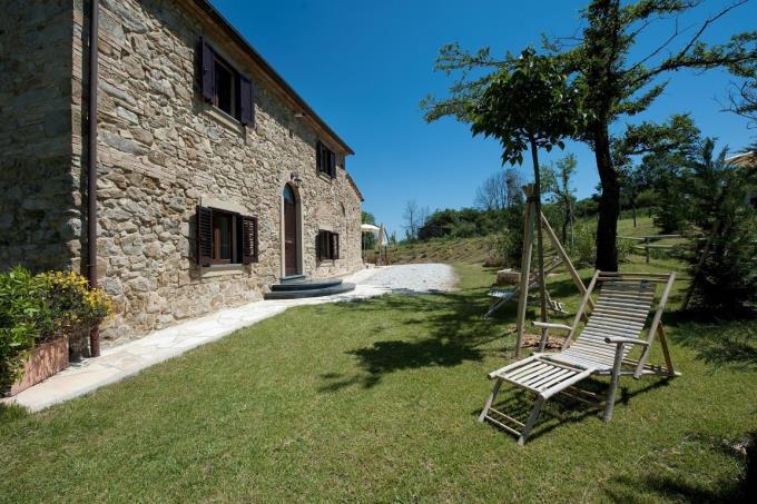 giardino-della-prestigiosa-proprieta-vendita-lajatico-toscana