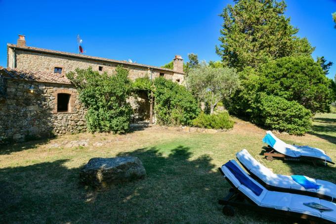giardino-podere-di-charme-santa-giulia-piscina-in-vendita-toscana-valdicecina-volterra