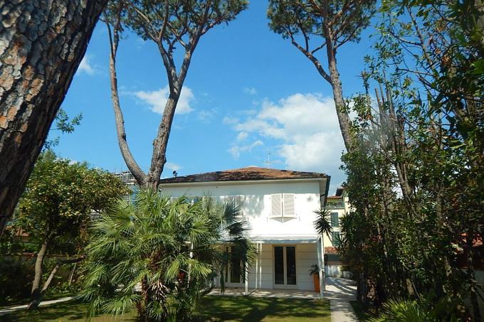 giardino-raffinata-villa-in-vendita-sul-mare-toscana-versilia-marina-di-pietrasanta